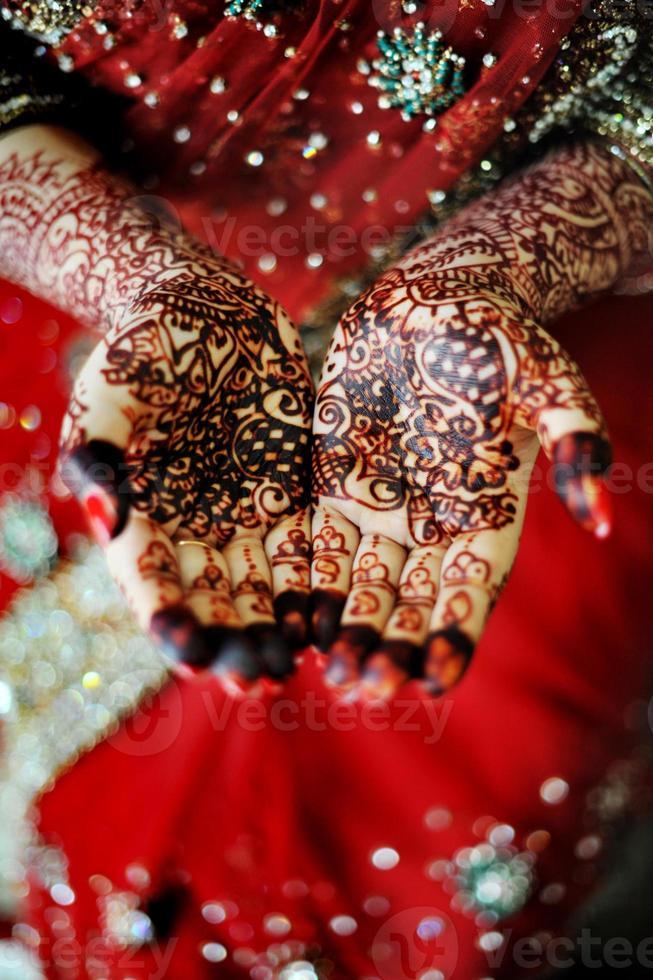 de hand van de Indiase bruid foto