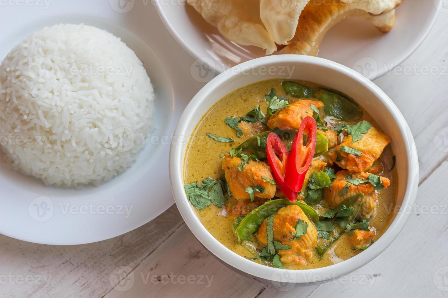 Indiase groene curry met basmatirijst en papadums foto