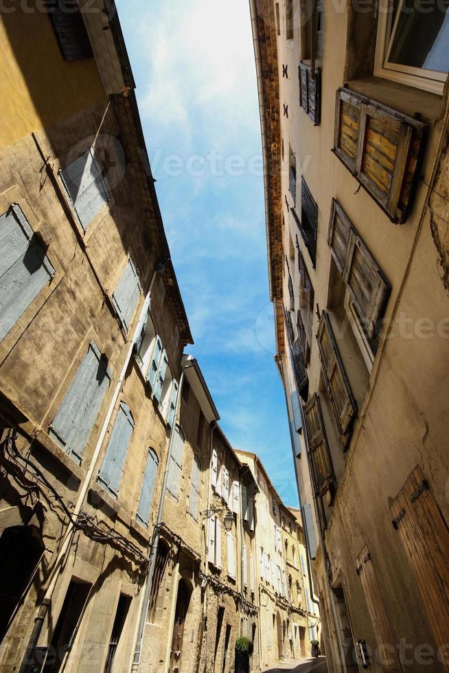 steegje tussen oude huizen met houten luik foto