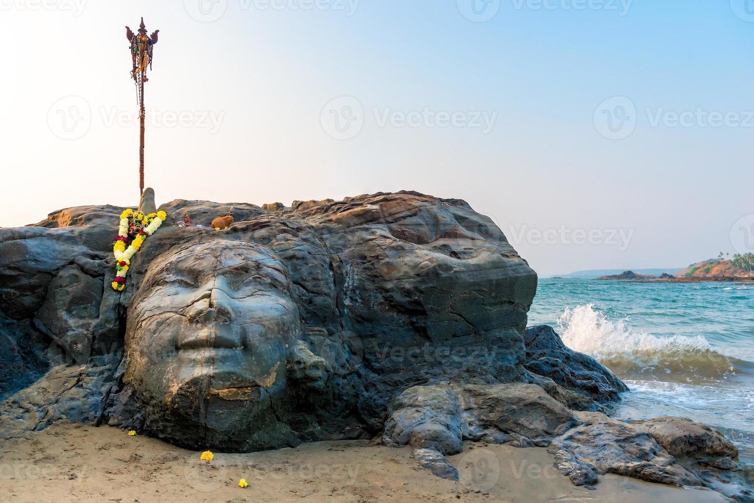 attracties vagator strand in het noorden van goa gezicht van shiva foto