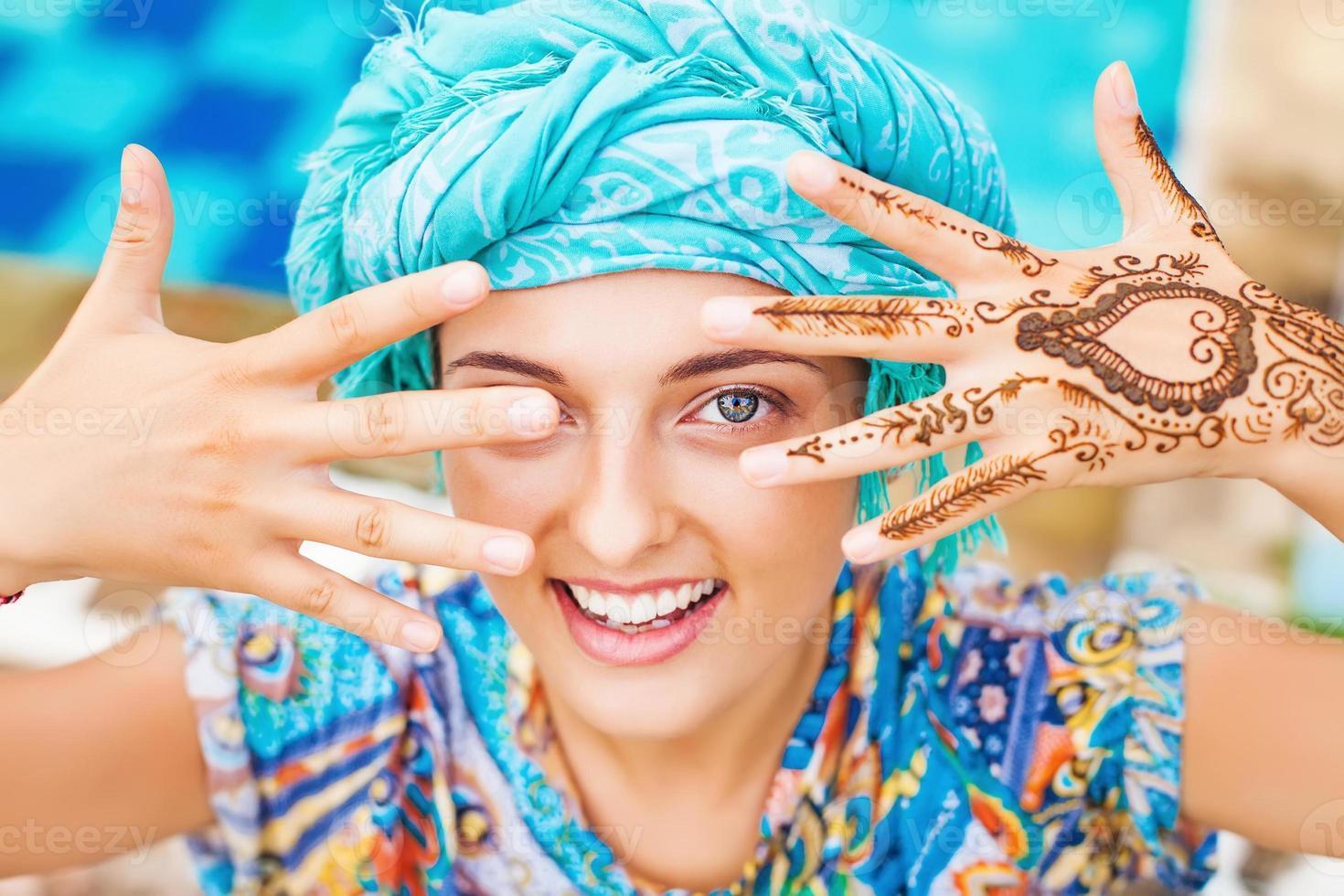 henna tatoeage op de handen van een vrouw foto