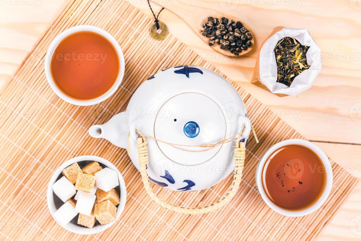 Aziatische set thee op houten tafel. foto