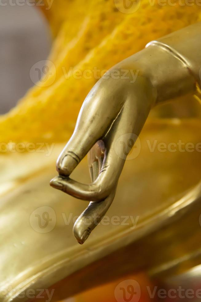Boeddha hand met vredesteken symbool foto