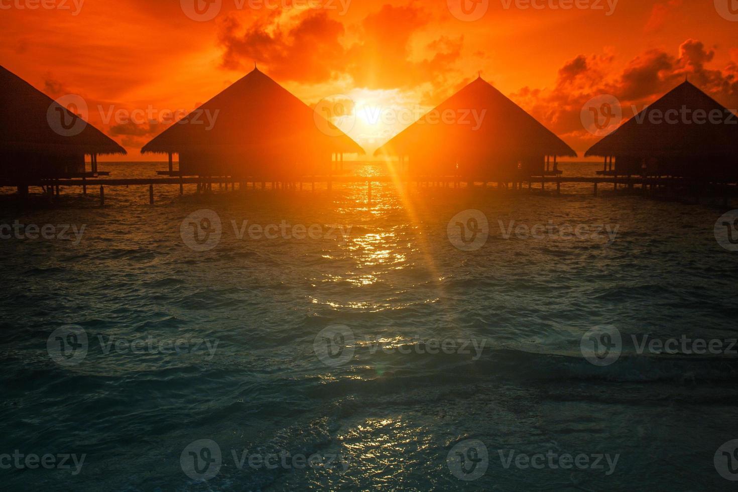 zonsondergang op het eiland Maldiven, water villa's resort foto