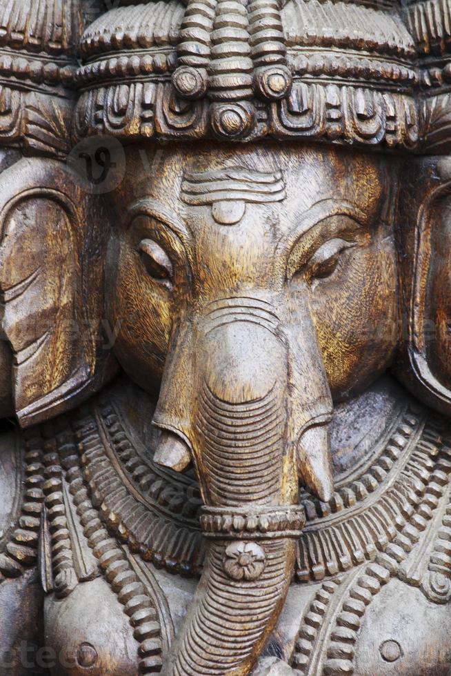 close up van een gesneden wodden ganesha met veel details foto