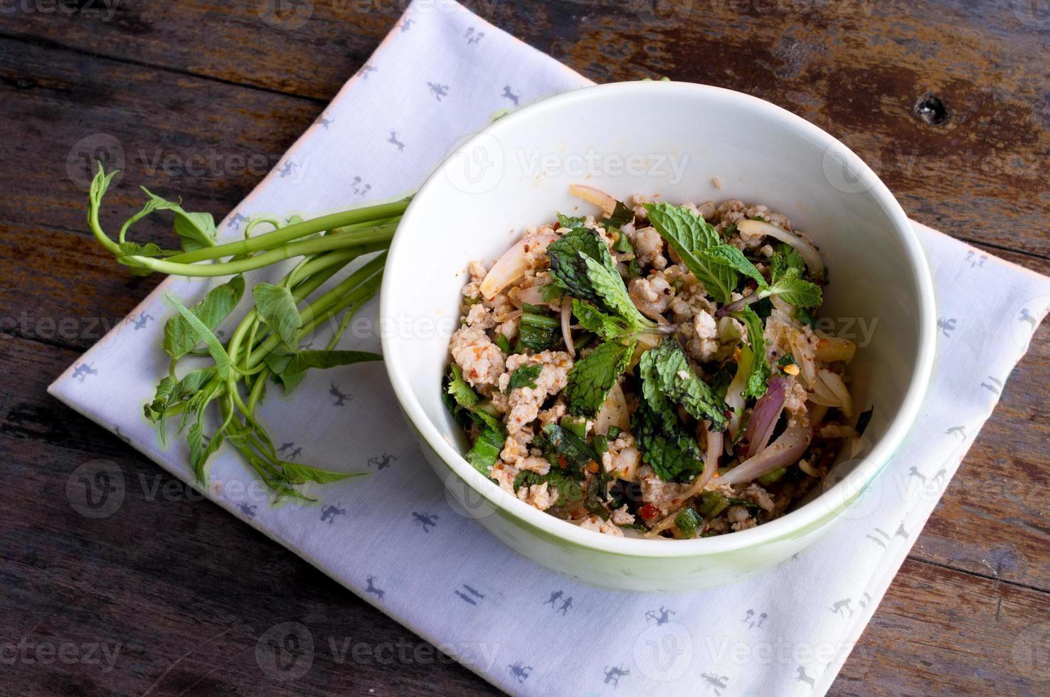 pittige varkensgehaktsalade, het noordoostelijke Thaise eten foto