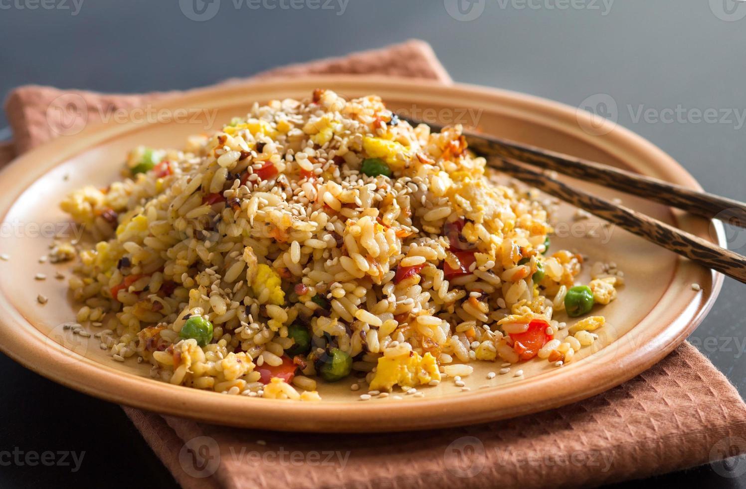 gebakken rijst met groenten en gebakken eieren foto