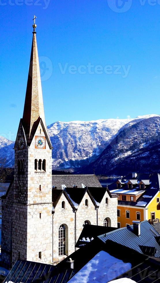 Hallstatt kerk met uitzicht op de bergen foto
