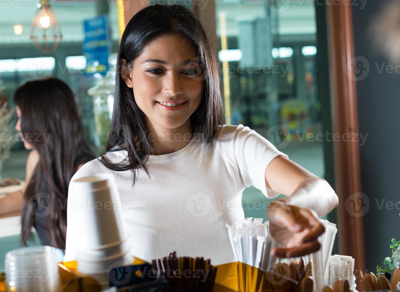 vrouw bestellen in coffeeshop foto