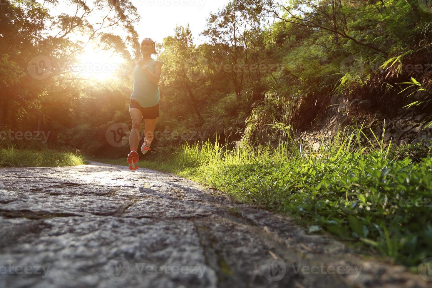 atleet uitgevoerd op bospad. foto