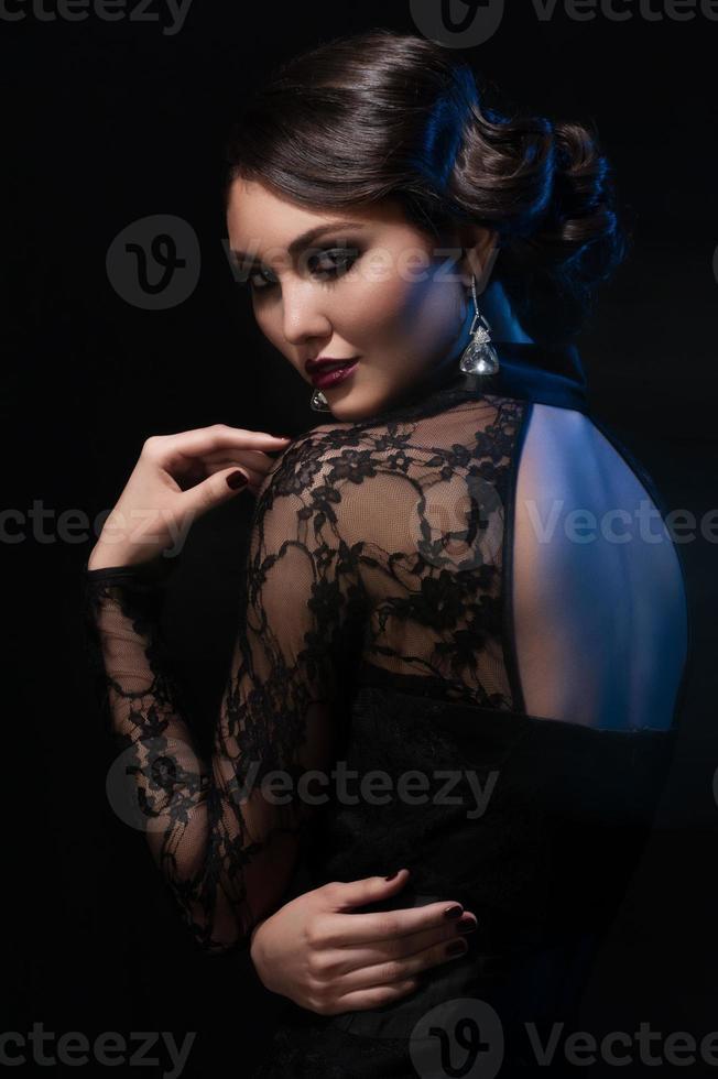 vrouw met make-up en kapsel foto