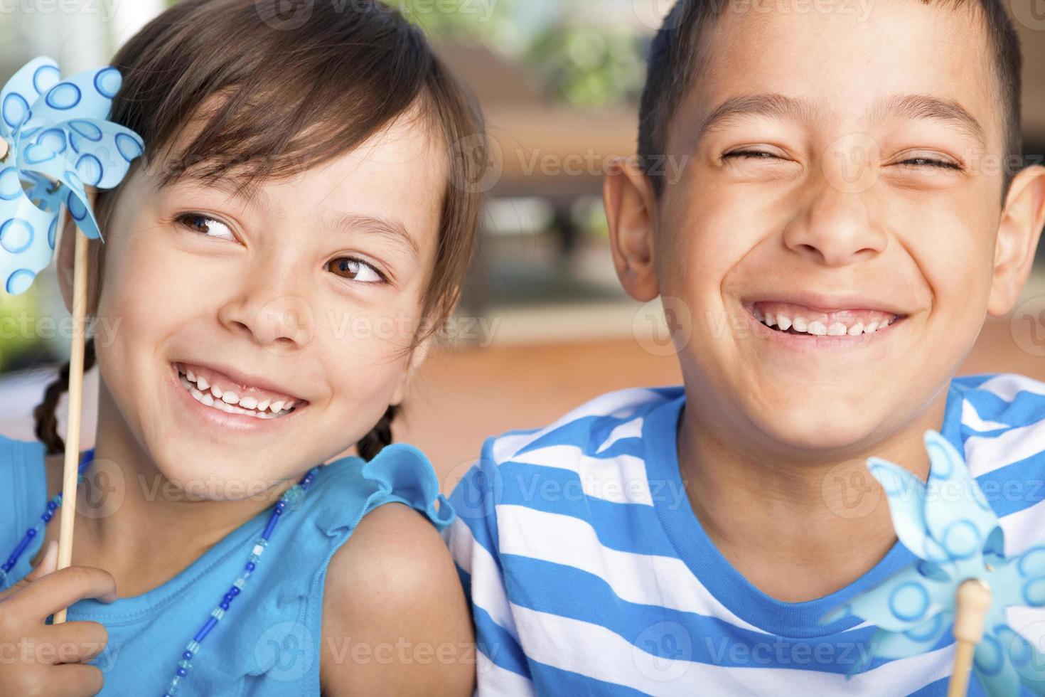 jonge jongen en meisje spelen met hun pinwheel foto
