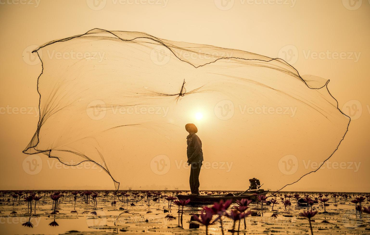visser van meer in actie bij het vissen foto