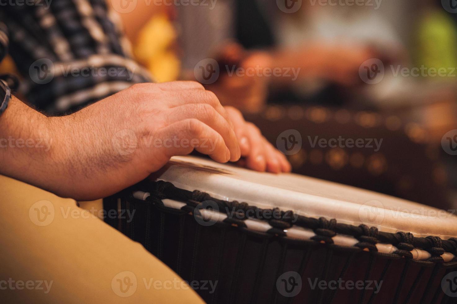 persoon die op jambe drum speelt geen gezicht foto