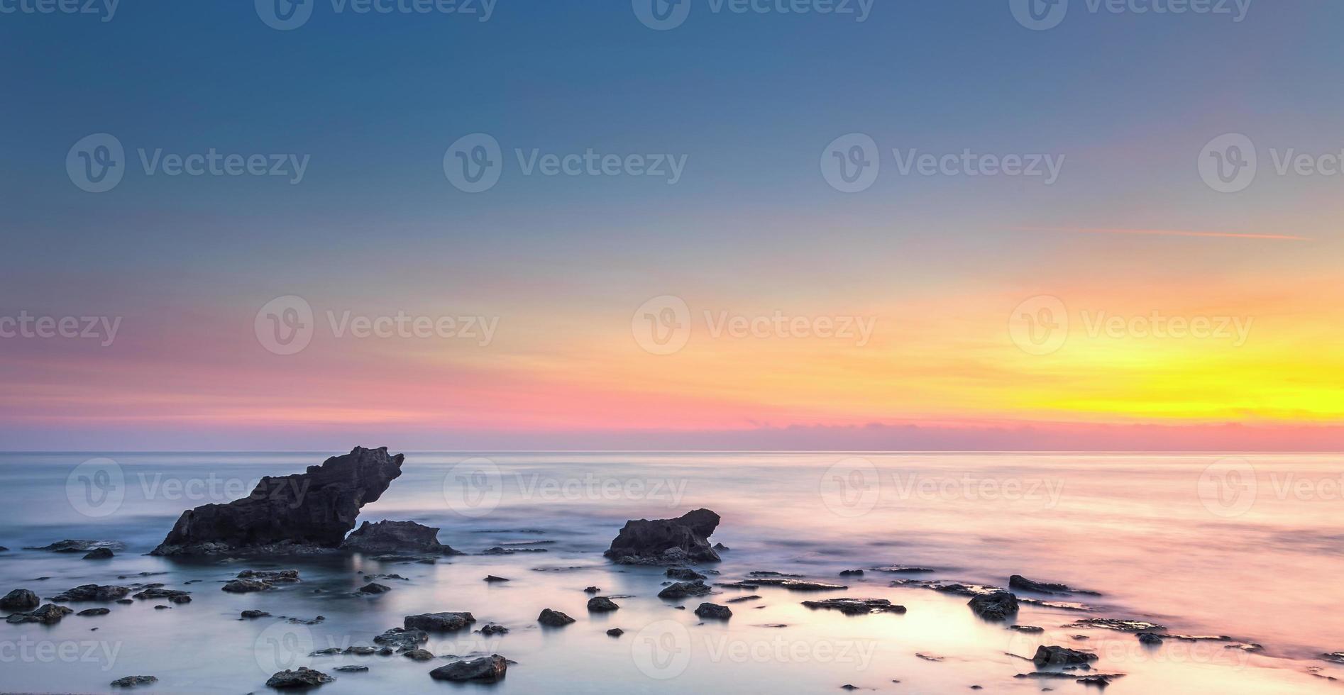 Castiglioncello rots en zee op zonsondergang. Toscane, Italië. foto