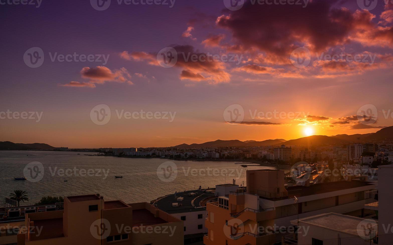 zonsondergang over de stad Ibiza foto