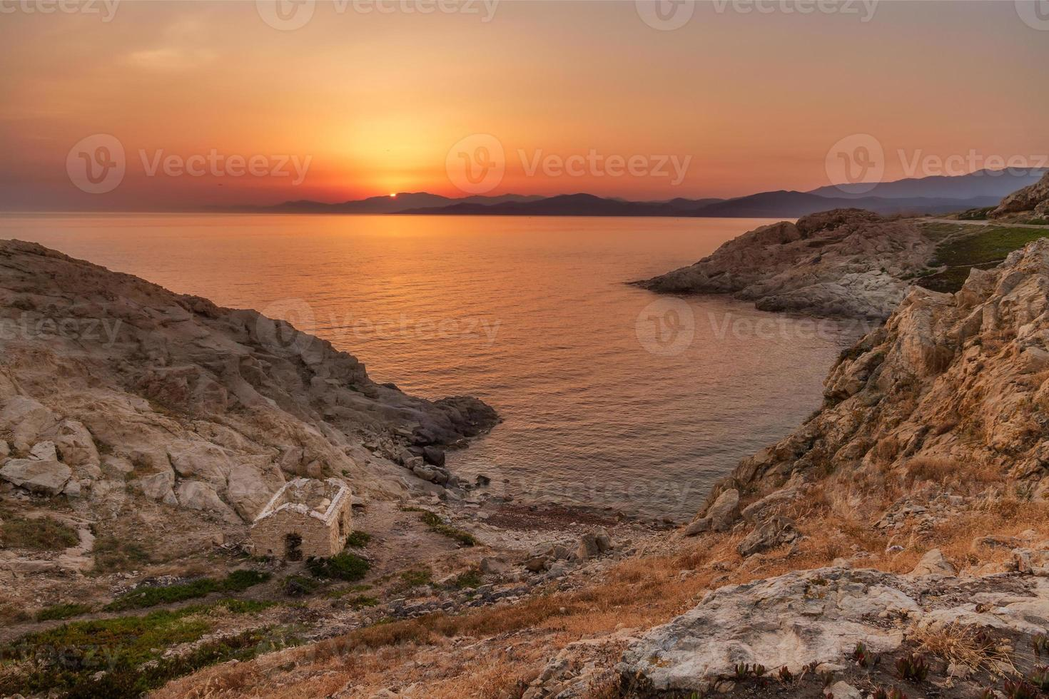 zonsopgang bij ile rousse in corsica foto