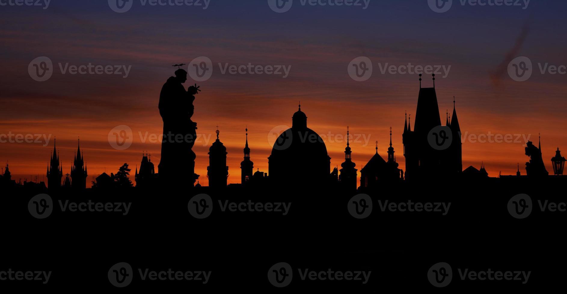 praag silhouetten van charles bridge voor zonsopgang foto