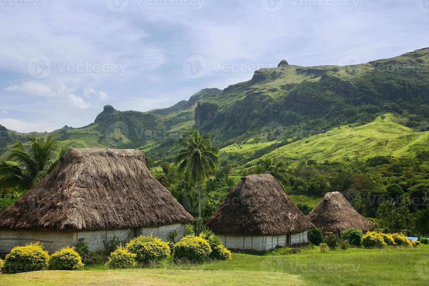 traditionele huizen van navala dorp, viti levu, fiji foto