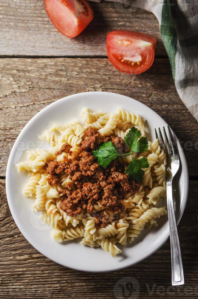 warme pasta met saus op een witte plaat foto