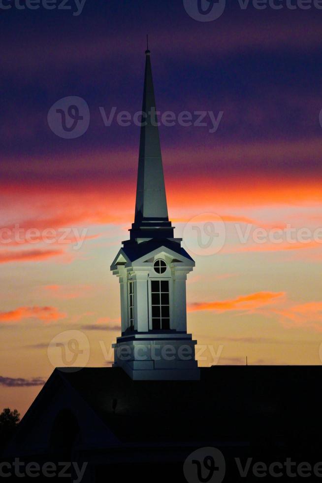 kerktoren bij zonsondergang - voorraadbeeld foto