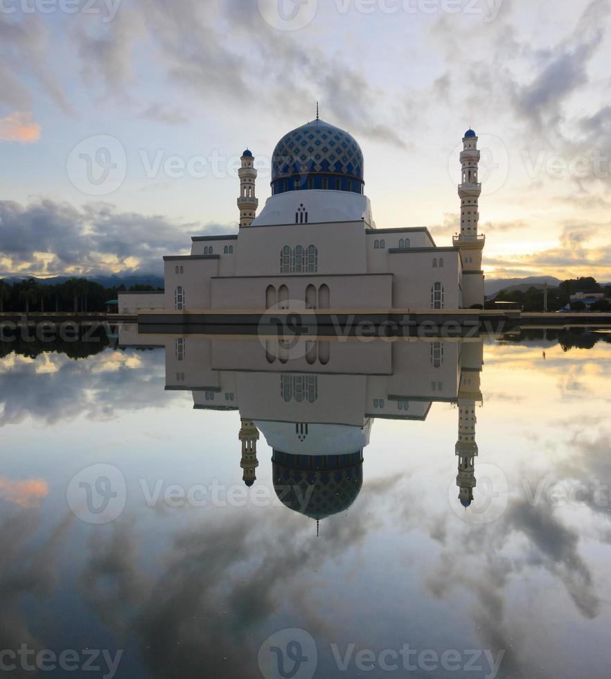 drijvende moskee kota kinabalu in sabah, borneo, maleisië foto