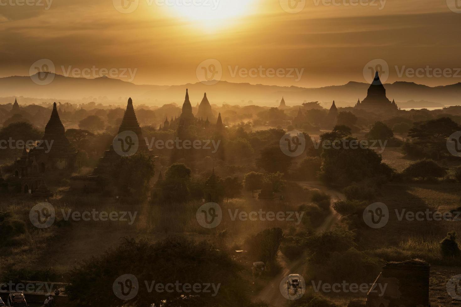 zonsondergang in Bagan Mandalay, Myanmar foto