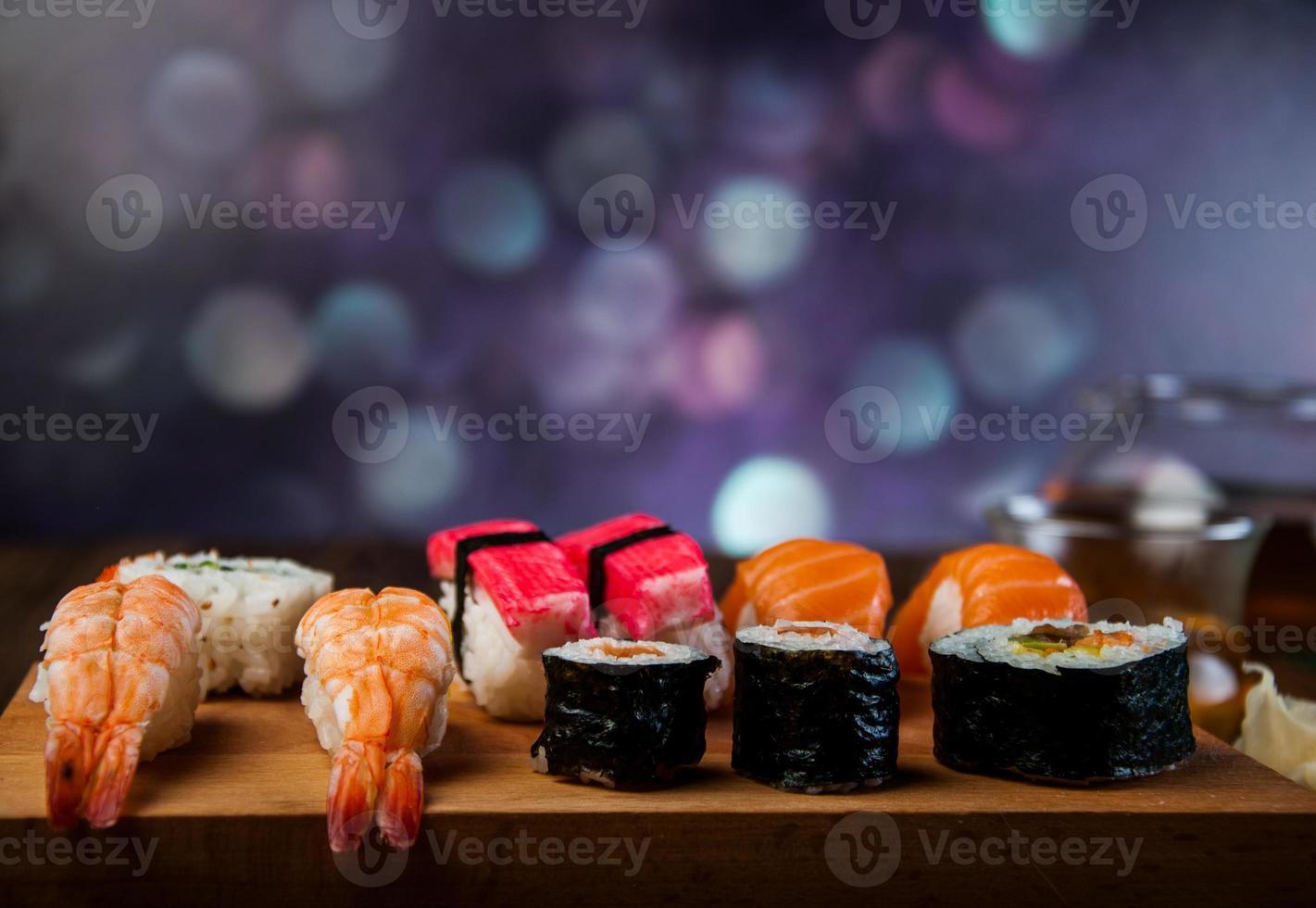 kleurrijke oosterse sushi foto