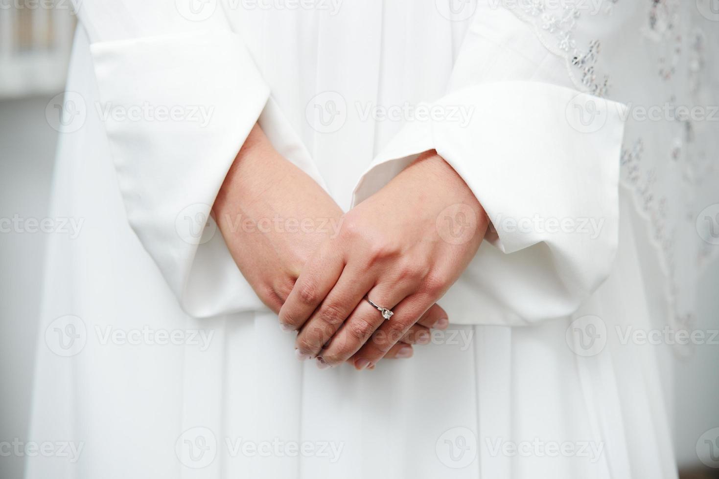 mooie jonge oosterse bruid die voor huwelijk voorbereidingen treft foto