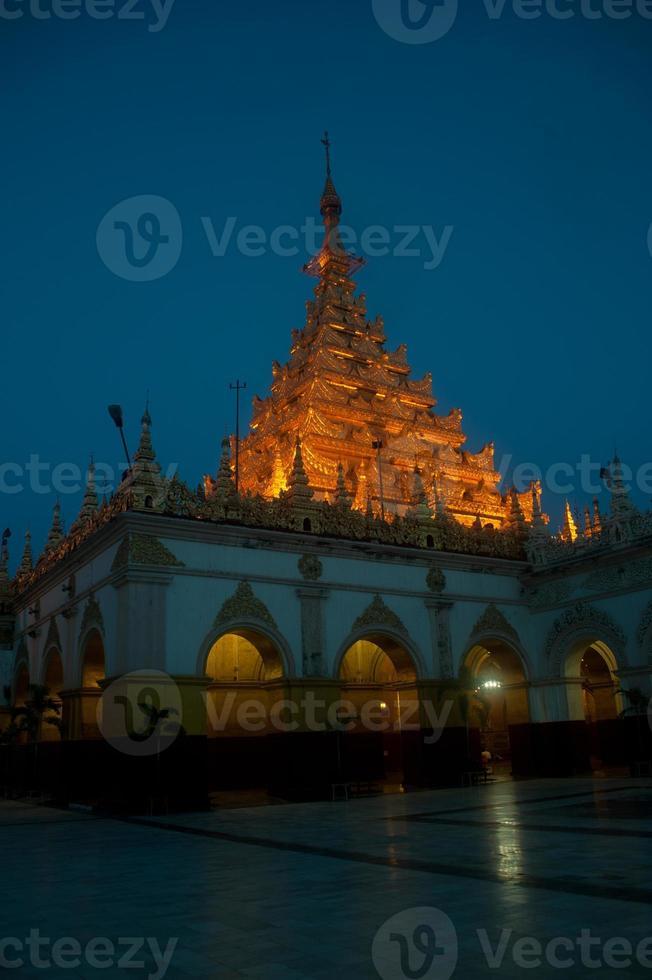 maha muni pagode in mandalay stad, myanmar. foto