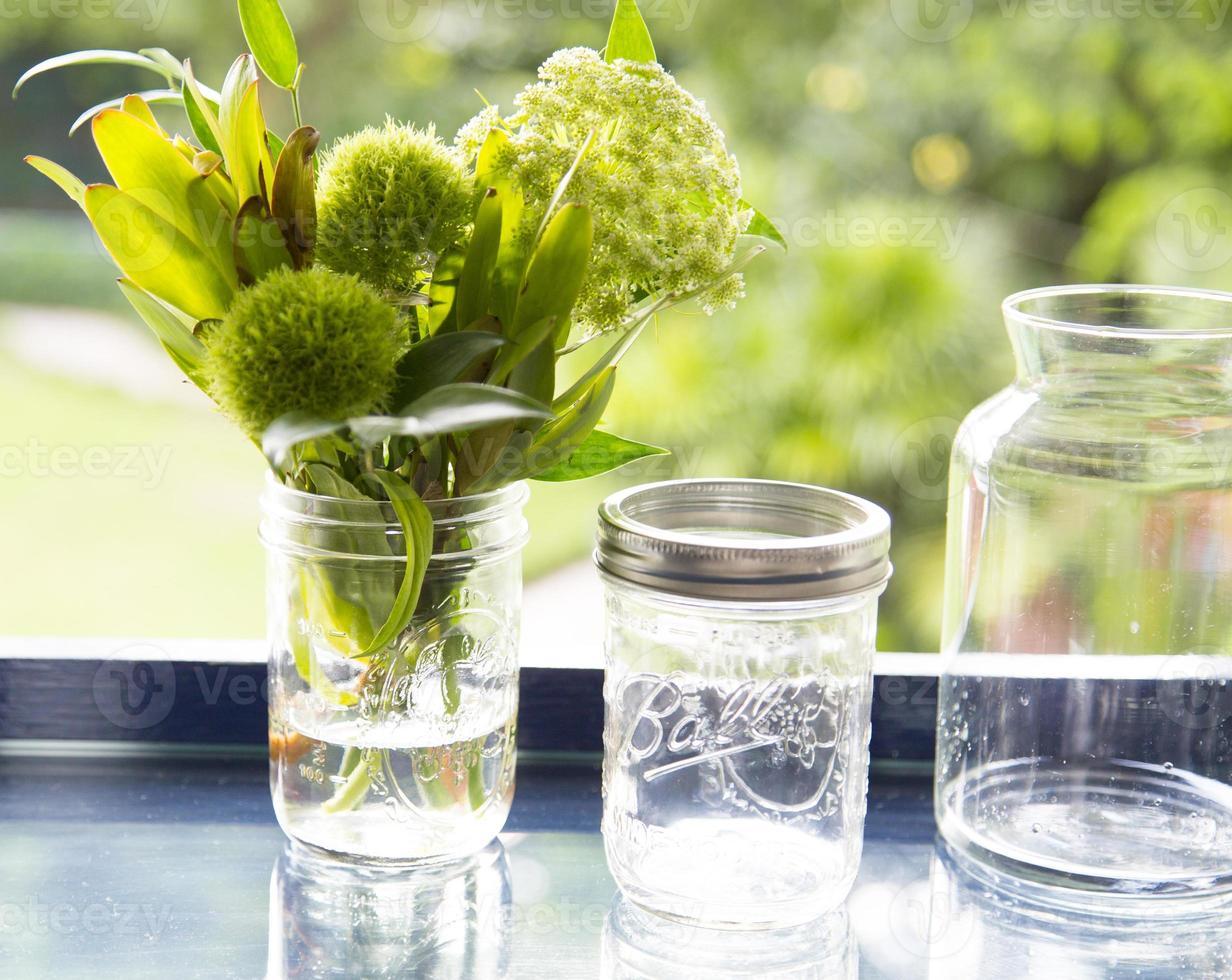 bloem in glazen pot met bokeh achtergrond foto