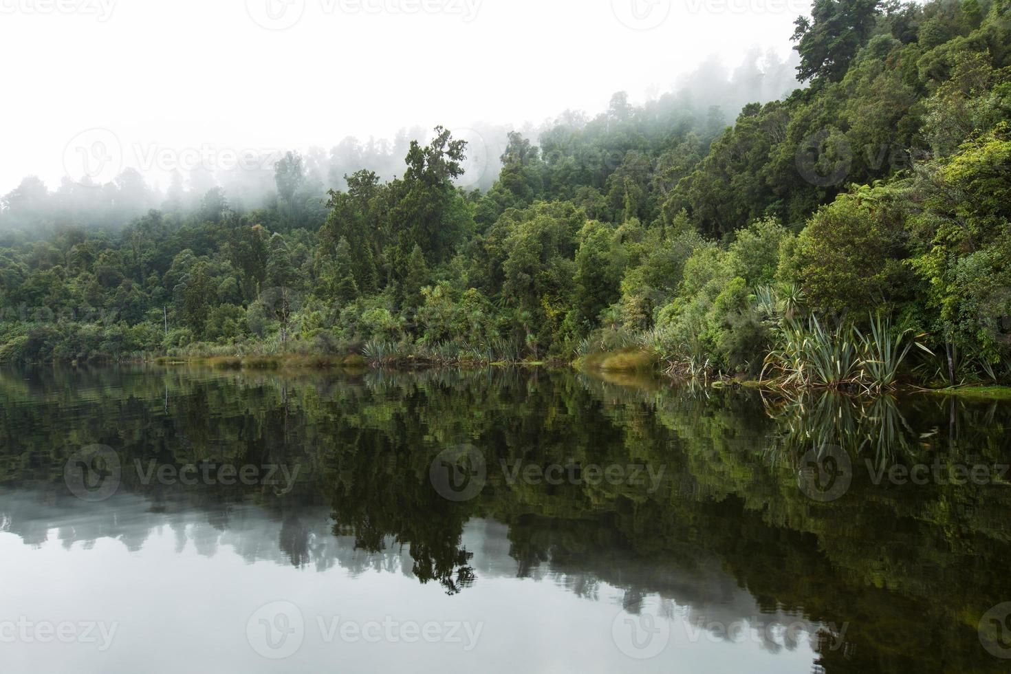 reflectie op het meer in de ochtend foto