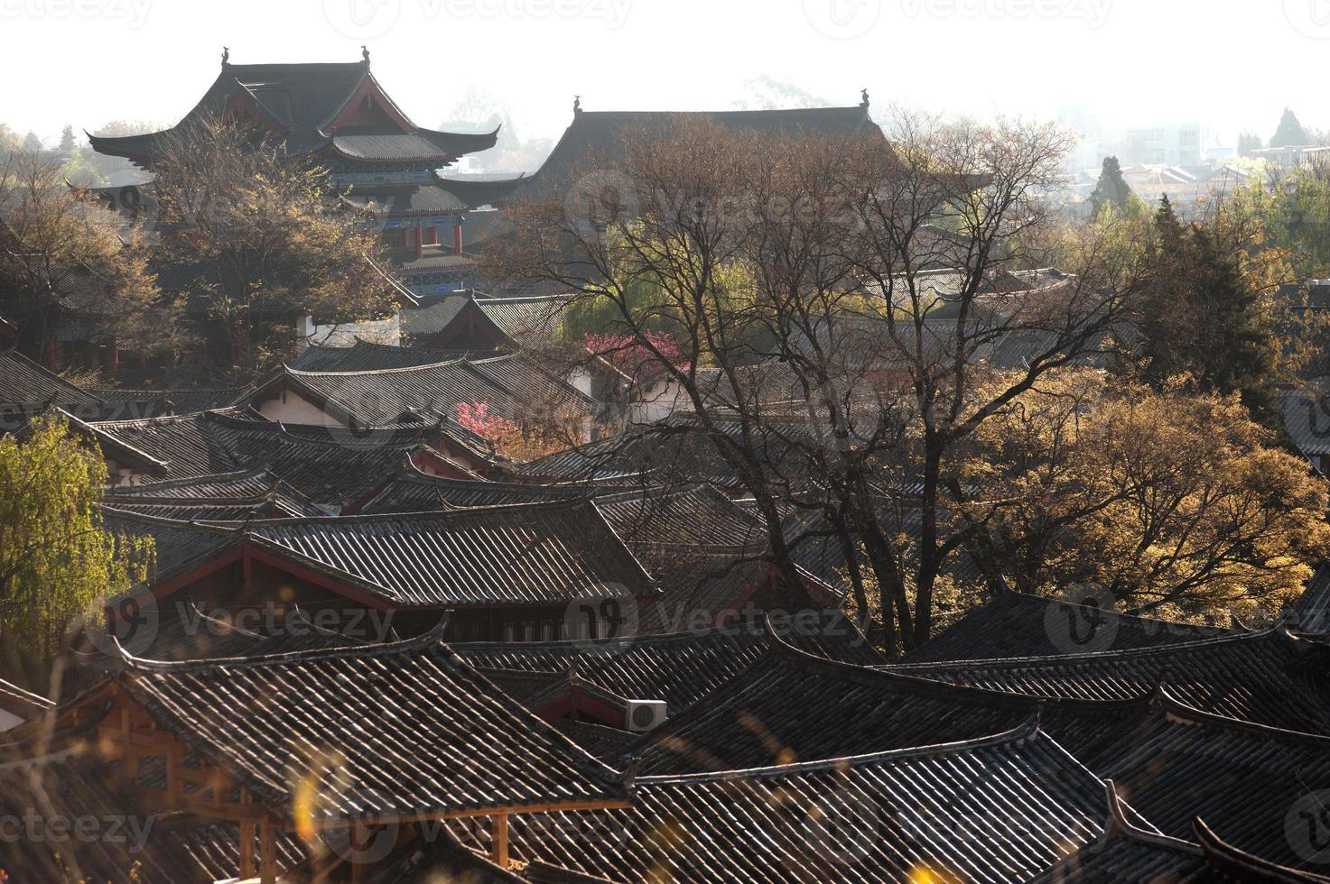 daken van oude historische lijiang dayan oude stad. foto