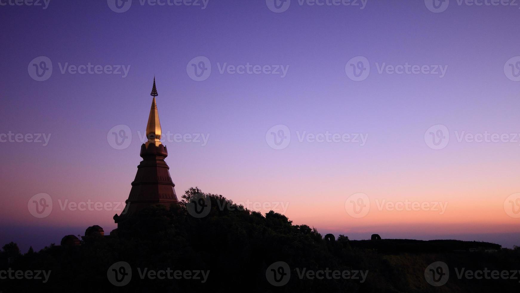 pagode bovenop een berg foto