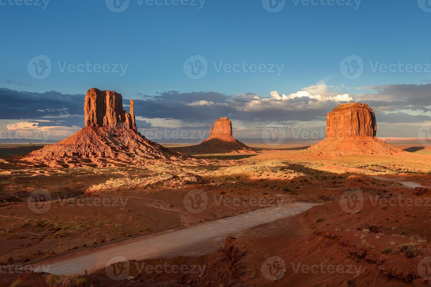 drie rotsen in de woestijn, monument valley, utah, arizona, usa foto