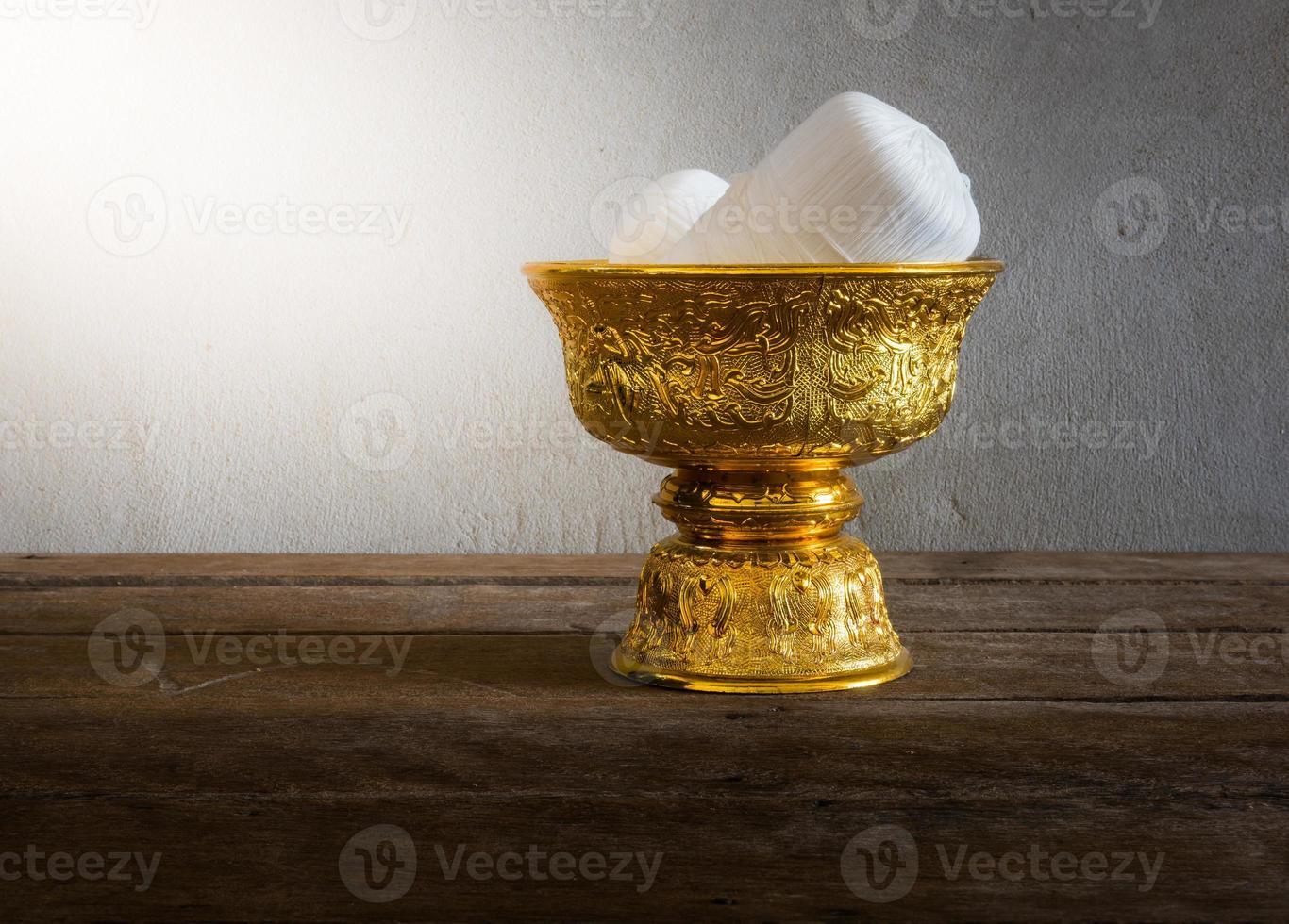 heilige draad in het gouden dienblad van thailand met voetstuk foto