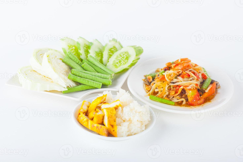 papajasalade met kleefrijst en gegrilde kip foto