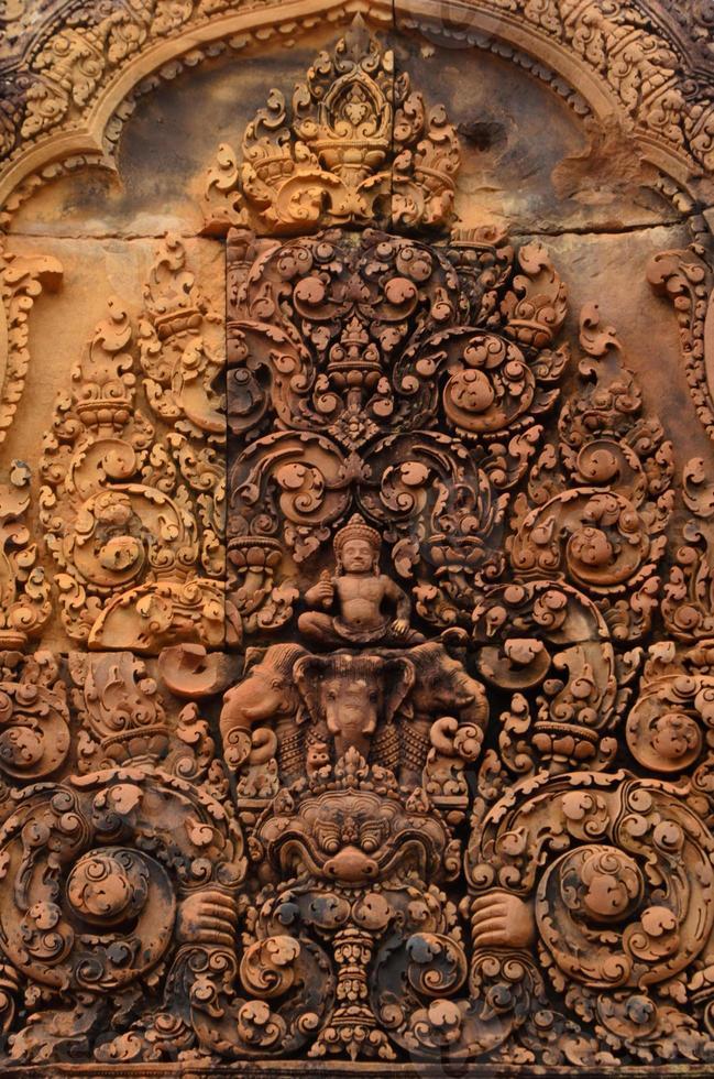 sculptuur op fronton van banteay srei foto