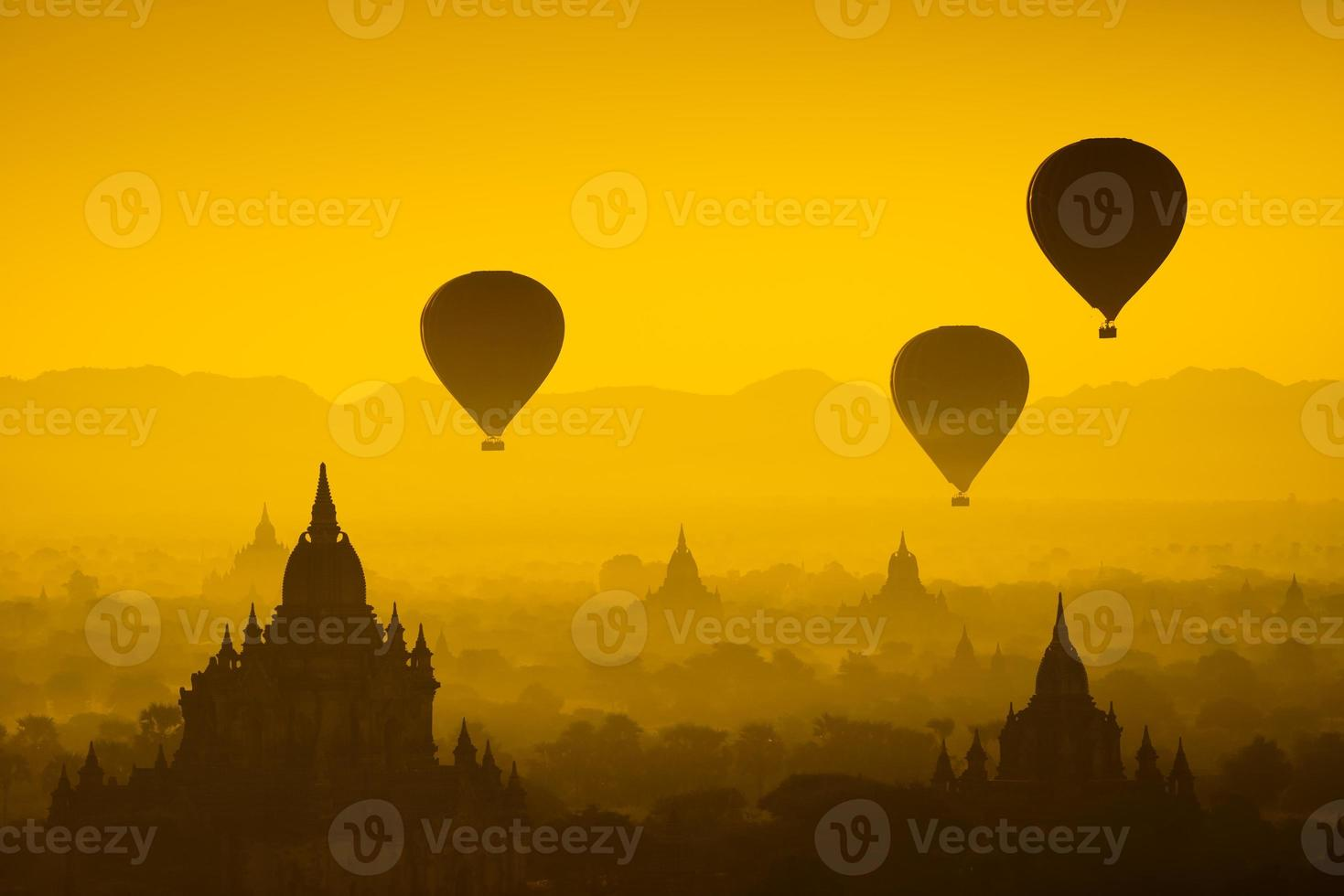 ballon over de vlakte van bagan in mistige ochtend, myanmar foto