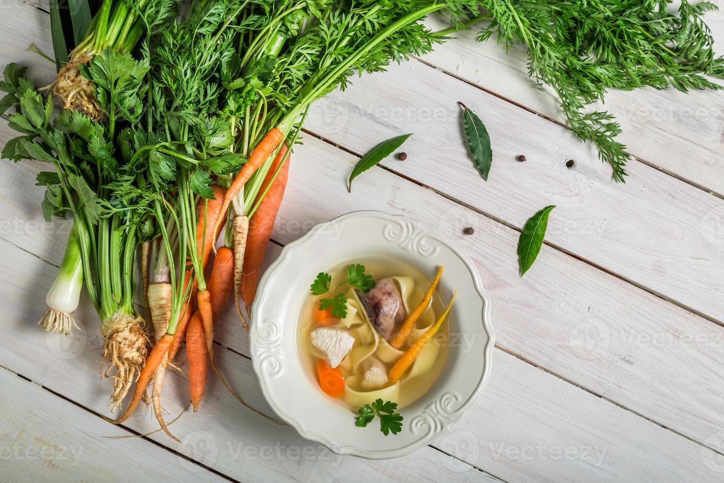 zelfgemaakte bouillon met noedels en ingrediënten foto