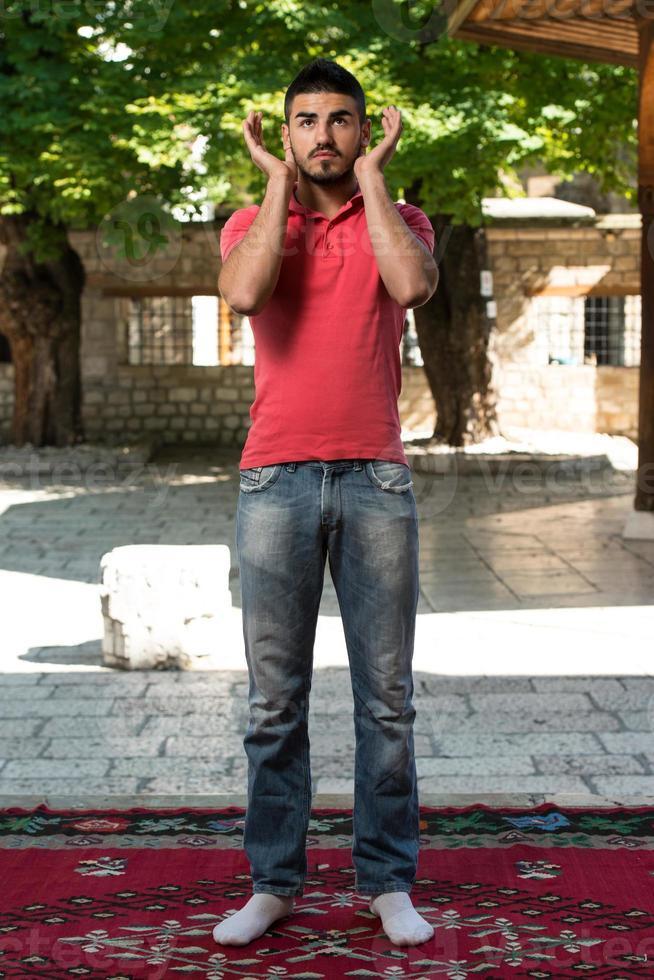 gebed bij moskee buitenshuis foto