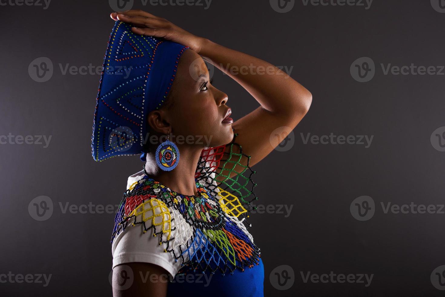 zijaanzicht van doordachte Zuid-Afrikaanse vrouw foto