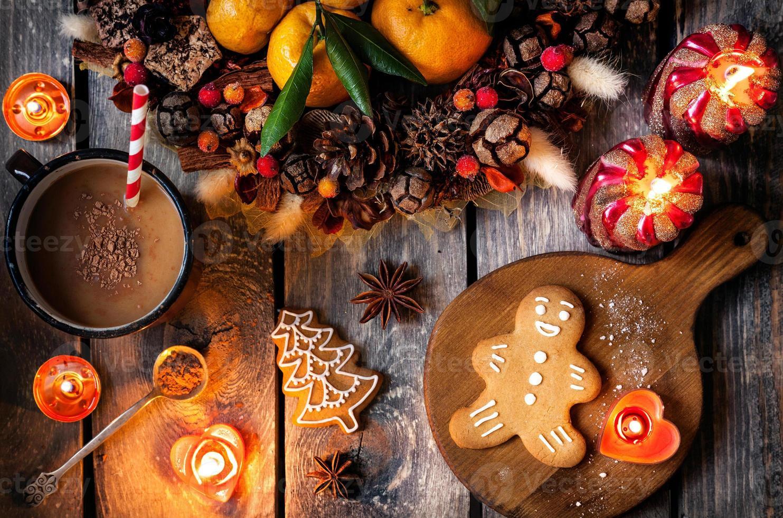 zelfgemaakte ontbijtkoek kerstkoekjes op houten tafel foto