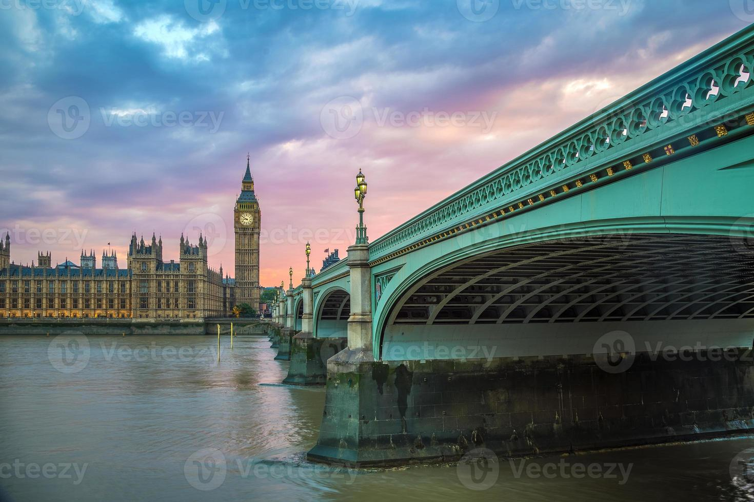 Westminster Bridge, Big Ben en Houses of Parliament bij zonsondergang foto