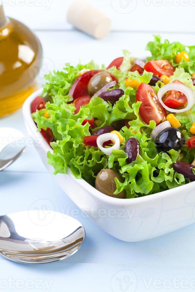 verse Mexicaanse salade met olijven en rode bonen foto