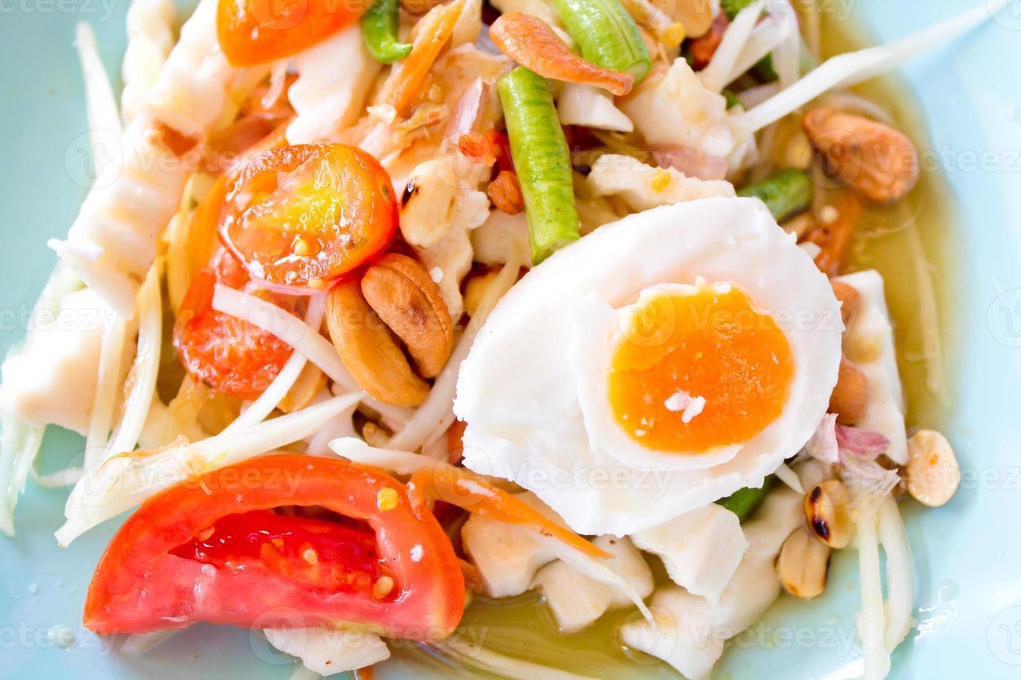 papajasalade (somtam) is een beroemd voedsel in Thailand foto