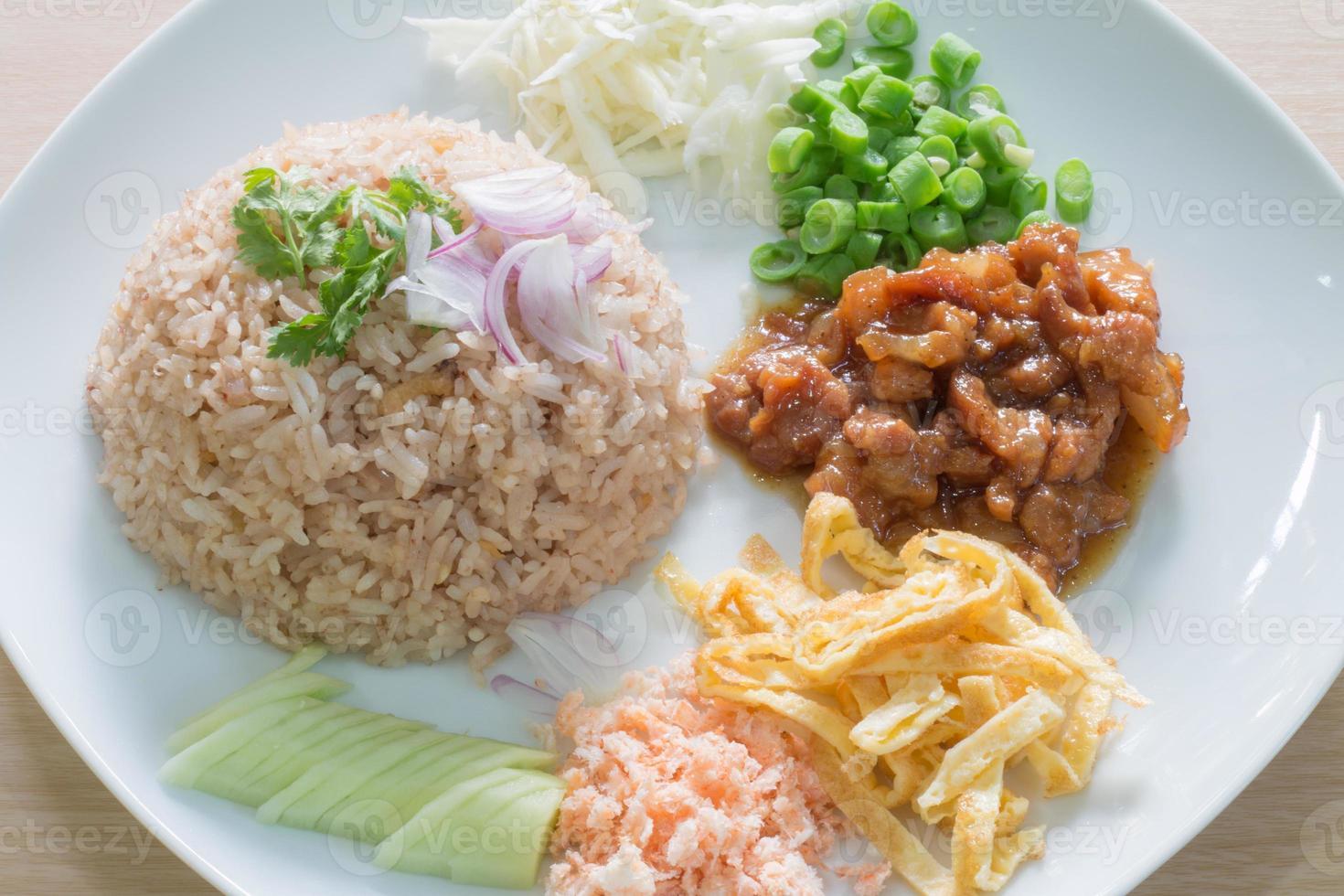 rijst gemengd met garnalenpasta foto