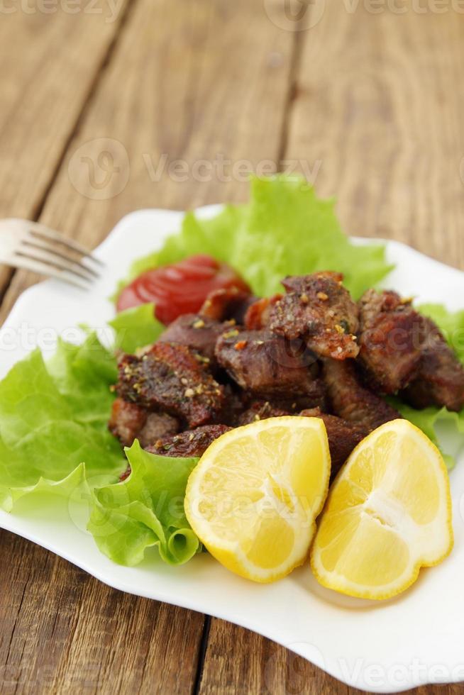 citroen met gegrild vlees foto
