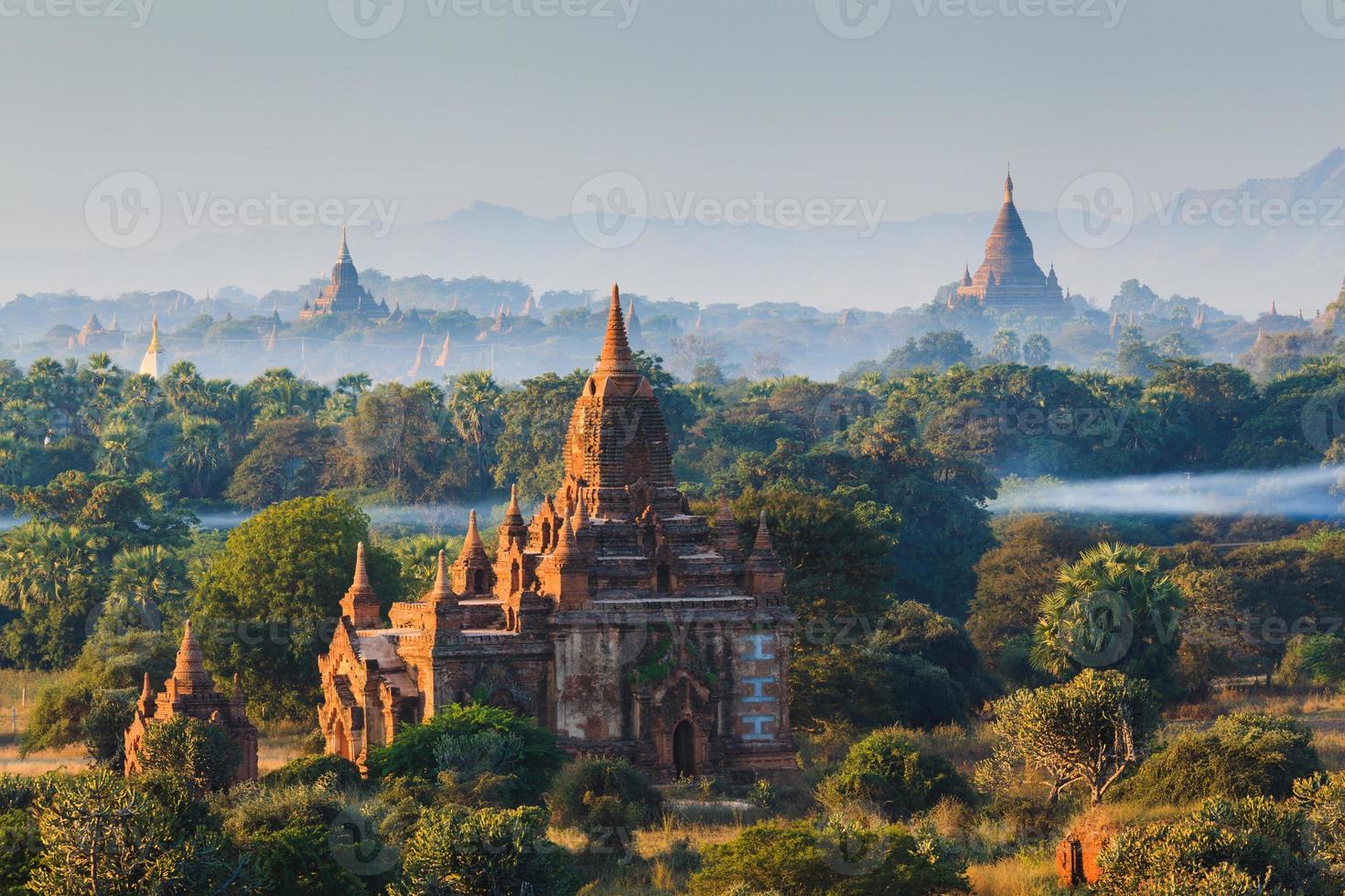 de tempels van bagan bij zonsopgang, mandalay, myanmar foto