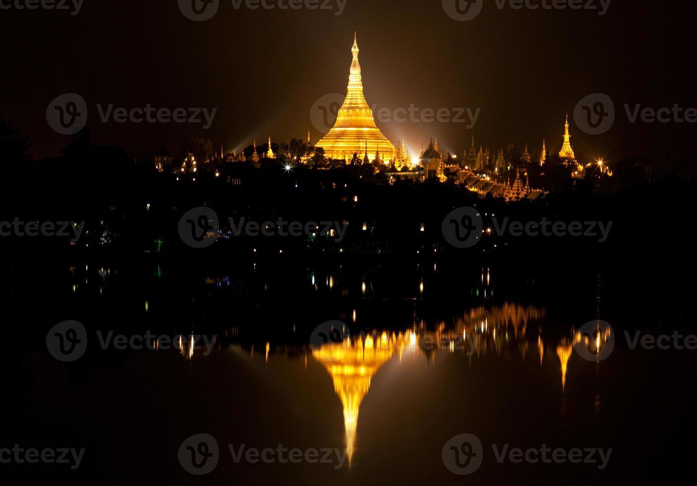 shwedagon pagode bij schemering, myanmar foto